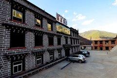 稻城亚丁丽思智能酒店