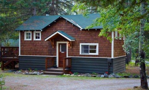 约翰斯顿峡谷别墅和简易别墅度假村(Johnston Canyon Lodge & Bungalows)