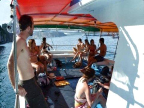 玛雅湾船上舒眠度假村(Maya Bay Sleepaboard Resort)
